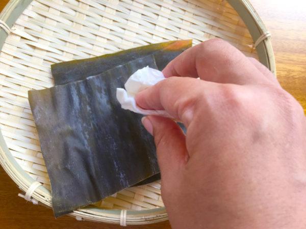 1、固く絞ったキッチンペーパーで昆布を拭く。
