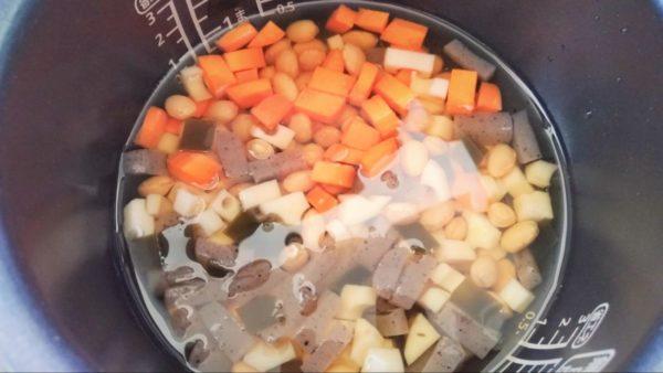 炊飯器で簡単に作れる五目豆レシピ③:炊飯器の釜に具を入れる