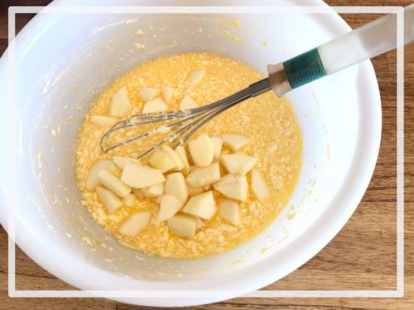 ホットケーキミックスで簡単★りんごケーキ★レシピ④:リンゴとホットケーキミックスを投入